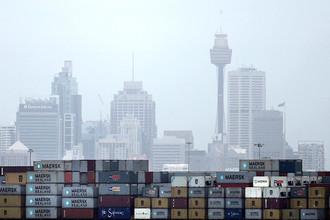 Товары в грузовом порту Шанхая