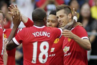 Партнеры поздравляют Моргана Шнайдерлина (справа) с первым голом в футболке «Ман Юнайтед»