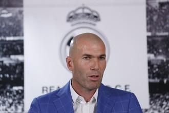 Зинедин Зидан во время объявления его главным тренером мадридского «Реала»