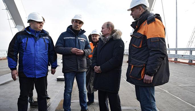 Владимир Путин во время осмотра готового участка автодорожной части Крымского моста через Керченский...