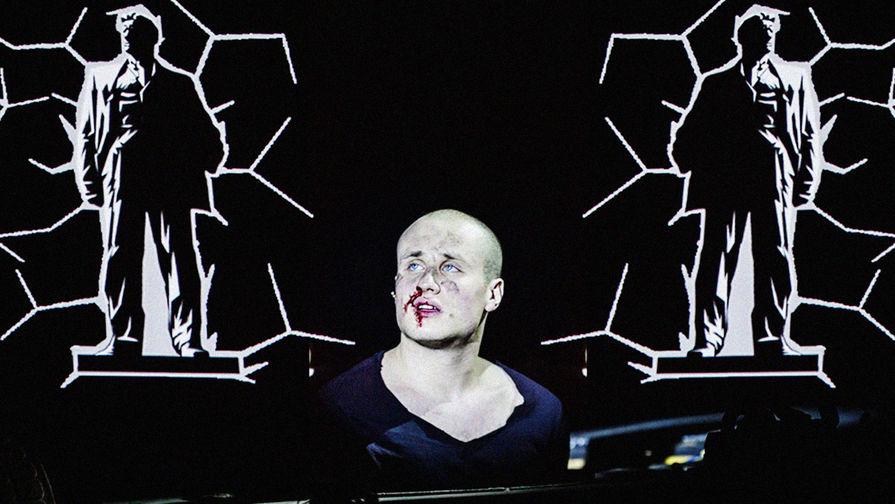 Никита Кукушкин в спектакле «Маяковский. Трагедия» в «Гоголь-центре»