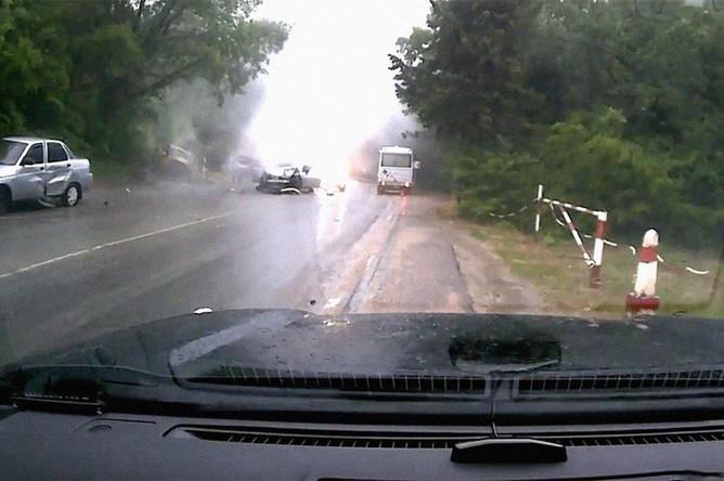 Последствия аварии с участием Mercedes-Benz в Крыму, скриншот из видео с регистратора попутной машины, 21 мая 2018 года