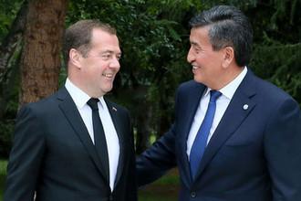Председатель правительства РФ Дмитрий Медведев и президент Киргизии Сооронбай Жээнбеков (справа) во время встречи в Чолпон-Ате, 9 августа 2019 года