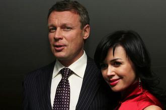 Актриса Анастасия Заворотнюк и продюсер Сергей Жигунов на кинопремьере в Москве, 2007 год