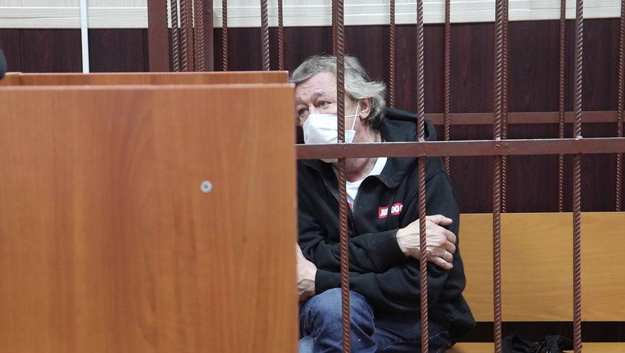 Актер Михаил Ефремов в Таганском суде Москвы во время избрания меры пресечения по делу о ДТП со смертельным исходом, 9 июня 2020 года