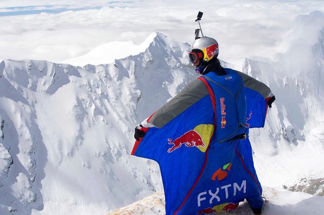 Валерий Розов перед рекордным прыжком в вингсьюте с горы Чо-Ойю, Тибетский автономный округ, 5 октября 2016