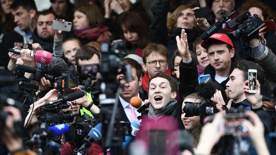 Блогер Егор Жуков, обвиняемый в публичных призывах к экстремизму, перед зданием Кунцевского суда, 6 декабря 2019 года