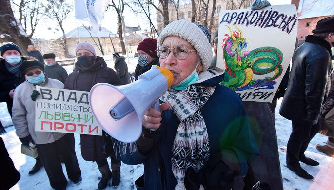 «Украинцы страдают»: почему Киев может остаться без кредита МВФ