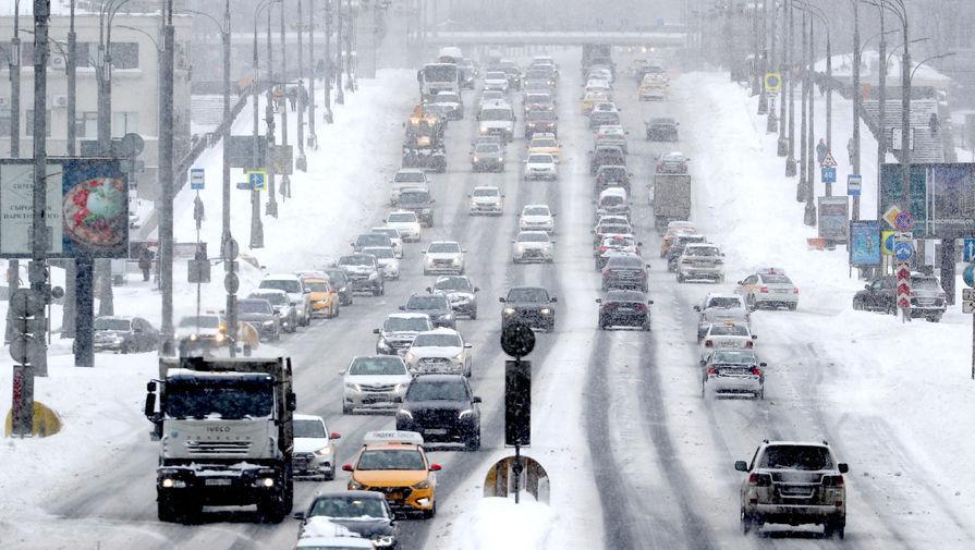 Вид на Крымский вал во время снегопада, 13 февраля 2021 года