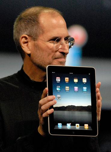 <b>iPad (2010)</b><br><br> В 2010 году в магазинах появился «iPhone формата XL» — планшет iPad, который предложил потребителям новый форм-фактор мобильного устройства. Несмотря на то, что изначально iPad столкнулся с критикой и неприятием, спустя всего 80 дней после старта продаж Apple удалось реализовать 3 млн первых «яблочных» планшетов. На фото Стив Джобс во время презентации &laquo;айпада&raquo; в Сан-Франциско в 2010 году
