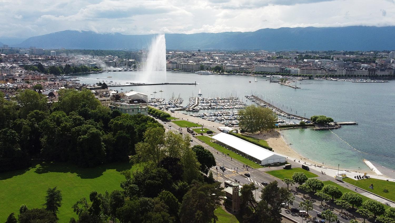 Вид на фонтан Же-До на Женевском озере в центре города