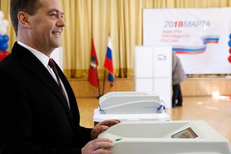 Премьер-министр России Дмитрий Медведев во время голосования на выборах президента Российской Федерации на избирательном участке №2760 в здании Шуваловской гимназии №1448, 18 марта 2018 года