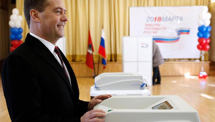 Премьер-министр России Дмитрий Медведев во время голосования на выборах президента Российской...