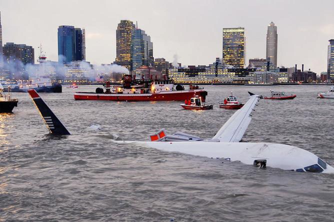 Самолет Airbus A320 авиакомпании US Airways в реке Гудзон в Нью-Йорке после аварийной посадки, 15 января 2009 года