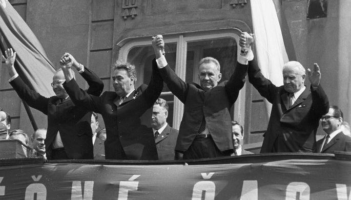 Президент Чехословакии Людвик Свобода, Председатель Совета Министров СССР Алексей Косыгин, Генеральный секретарь ЦК КПСС Леонид Брежнев и Первый секретарь ЦК КПЧ Густав Гусак (справа налево) во время митинга советско-чехословацкой дружбы в Праге, 1970 год