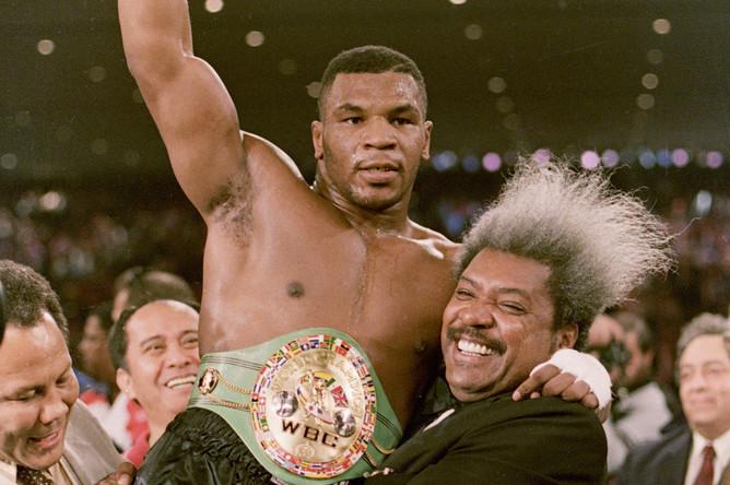 22 ноября 1986 года после боя с Тревором Бербиком. На фото Майк Тайсон с боксерским промоутером Дональдом Кингом