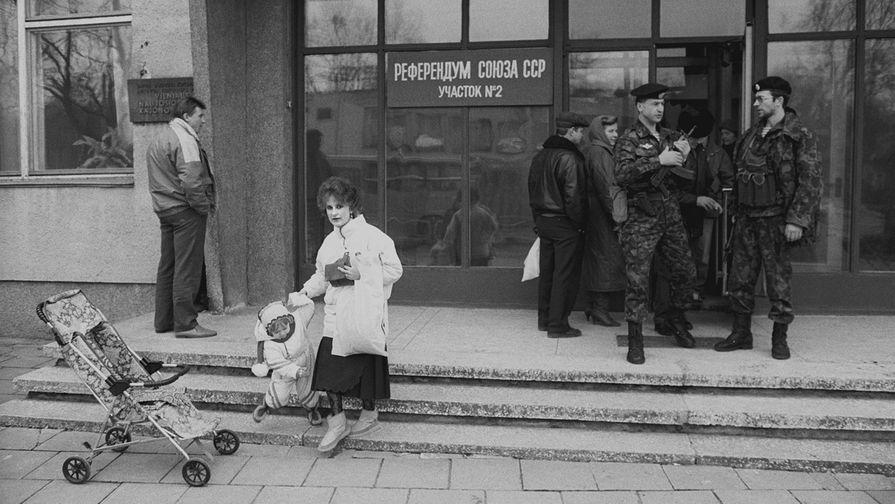 У избирательного участка литовского города Новый Вильно в День Всесоюзного референдума 17 марта 1991 года