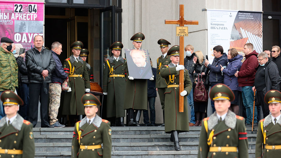 Во время церемонии прощания с бывшим солистом ВИА «Песняры» Леонидом Борткевичем в Минске, 15 апреля 2021 года