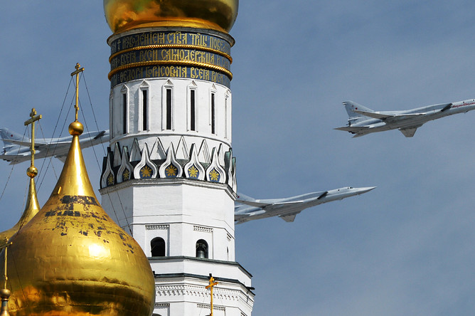 Ракетоносцы-бомбардировщики Ту-22М3 во время военного парада в Москве, 9 мая 2015 года