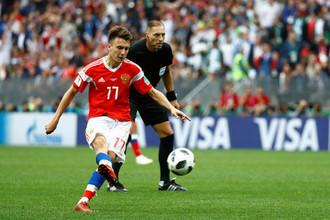 Александр Головин отправляет мяч со штрафного в ворота Саудовской Аравии