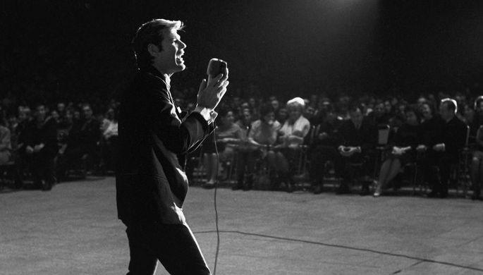Американский певец, киноактер, кинорежиссёр и общественный деятель Дин Рид во время выступления на сцене Дворца спорта в Лужниках в Москве, 1966 год