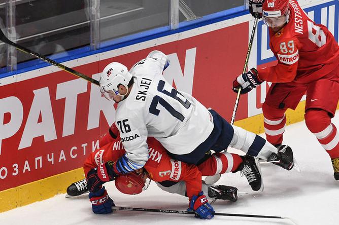 Игрок сборной США Брэди Шей (слева) и игрок сборной России Никита Нестеров в матче 1/4 финала чемпионата мира по хоккею между сборными командами России и США, 23 мая 2019 года