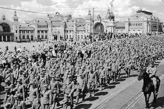 Колонна пленных фашистских солдат, офицеров и генералов идет, конвоируемая советскими воинами, по улицам Москвы