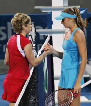 Ким Клейстерс (слева) досрочно завершила игру с Даниэлой Гантуховой
