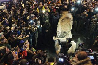 Оппозиционеры разбивают памятник кувалдами