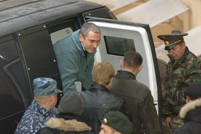 Михаил Ходорковский перед зданием Басманного суда, где началось судебное слушание по ходатайству Генпрокуратуры РФ о продлении ему срока содержания под стражей. 2003 год