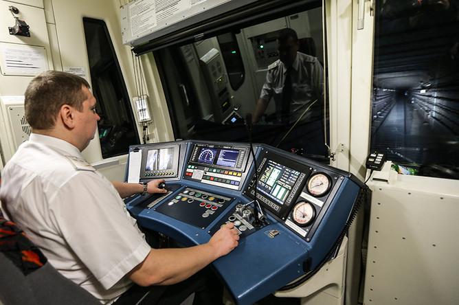 В кабине машиниста поезда серии 81-760А со сквозным проходом по всей длине состава во время следования по Серпуховско-Тимирязевской линии в Московском метрополитене