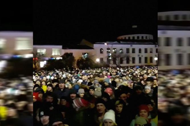 Стихийный митинг в Волоколамске после очередного выброса с полигона «Ядрово», 29 марта 2018 года. Кадр из видео