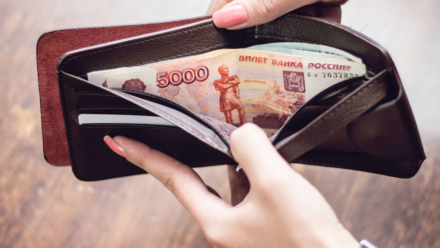 «Известия»: в трети регионов России выросли долги по зарплате