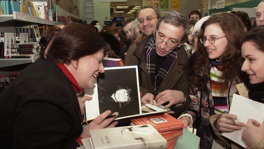 Писательница и телеведущая Татьяна Толстая на встрече со своими читателями, 2005 год