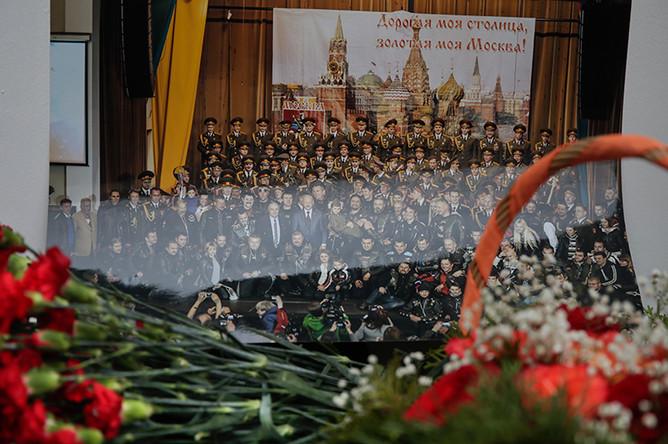 Цветы около здания ансамбля имени Александрова в Москве, 25 декабря 2016 года