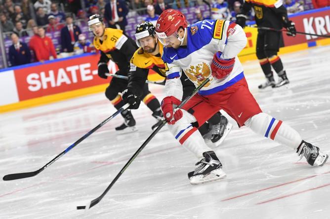 Нападающий сборной России Артемий Панарин рвется к воротам сборной Германии