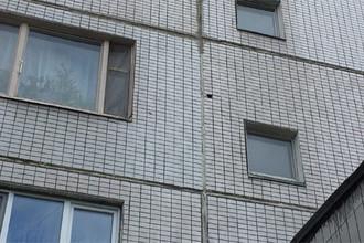 Фотография места, где находилась камера видеонаблюдения на подъезде дома 39 в микрорайоне Павлино, где 23 апреля попал под колеса автомобиля шестилетний Алексей Шимко