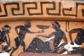 Фрагменты края и шейки аттического чернофигурного кратера со сценой симпосия (греческого пира)