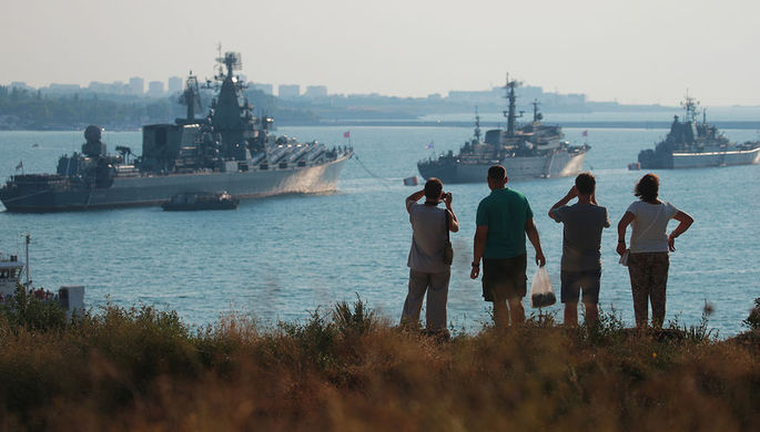 Гвардейский ракетный крейсер «Москва», учебный корабль «Перекоп» и большой...