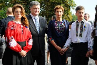 Президент Украины Петр Порошенко с семьей во время празднования Дня Независимости в Киеве. Слева- дочь Евгения. Справа налево- дочь Александра, сын Михаил и супруга Марина, август 2014 года
