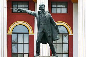 Памятник русского полководца Александра Суворова во дворе Киевского военного лицея имени Ивана Богуна