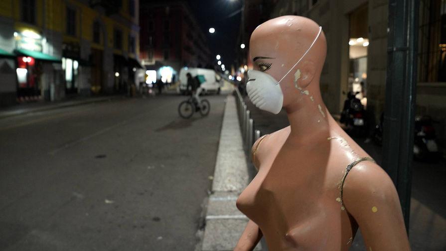 Манекен на одной из улиц Милана, 24 февраля 2020 года