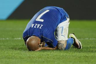 Симоне Дзадза сразу после уже ставшего знаменитым своего пенальти