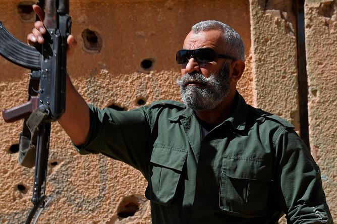 Генерал Исама Захреддин во время обучения новобранцев республиканской гвардии в сирийском городе Дейр-эз-Зор, апрель 2017 года