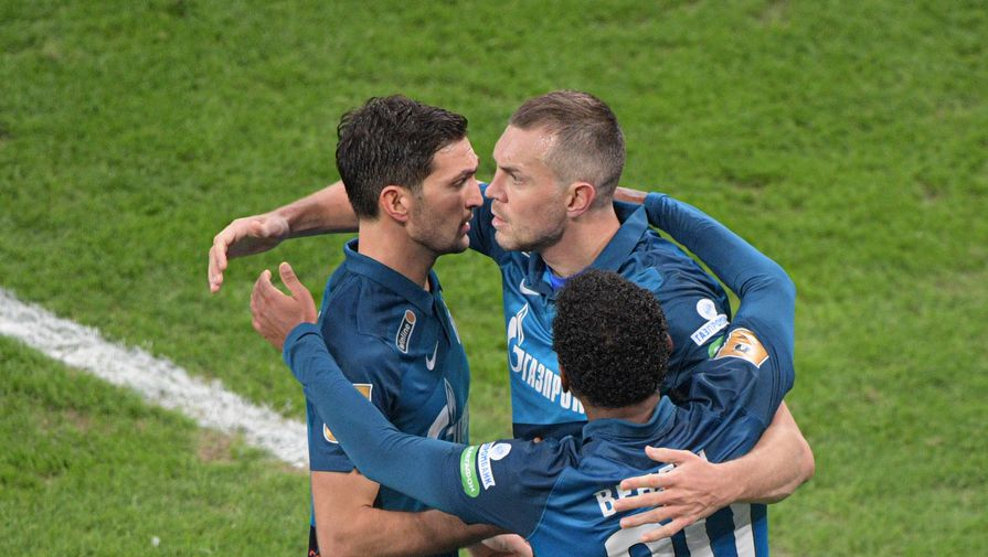 Игроки «Зенита» Магомед Оздоев, Артем Дзюба и Вендел радуются забитому мячу в матче против «Ахмата»