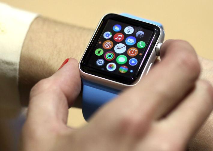 <b>Apple Watch (2015)</b><br><br> Несмотря на то что Apple не стала пионером в сфере смарт-часов, ее Apple Watch стали одним из самых ожидаемых устройств к моменту запуска. Это первый носимый гаджет компании, который и по сей день сохраняет свою актуальность
