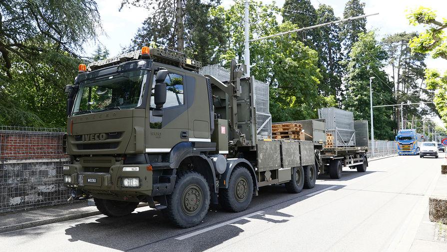 Автомобиль вооруженных сил Швейцарской армии рядом с виллой La Grange в Женеве
