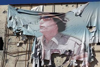 Баннер с изображением Каддафи на здании в Сирте, октябрь 2011 года