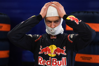 Гонщик команды «Торо Россо» Даниил Квят в боксах перед началом второй сессии свободных заездов на российском этапе чемпионата мира по кольцевым автогонкам в классе «Формула-1».