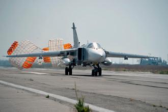 Российский бомбардировщик Су-24 садится на авиабазе «Хмеймим» в сирийской провинции Латакия